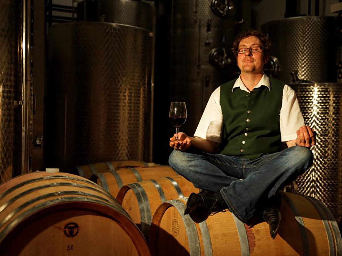 Chef mit Weinglas meditierend