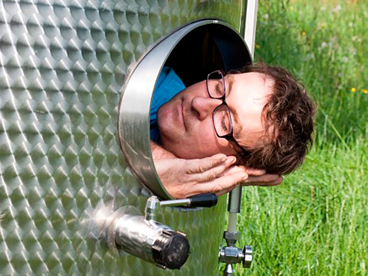 Schlafender Chef im Weinfass
